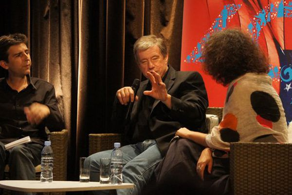 Au centre, John Mc Tiernan lors de sa masterclass eu festival du cinéma américain ce samedi