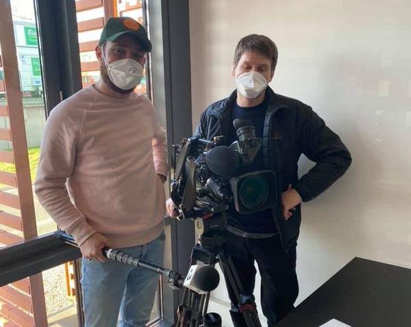 Sur le terrain, nos journalistes portent un masque pour protéger les personnes fragiles qu'ils rencontrent en nombre toute la journée.