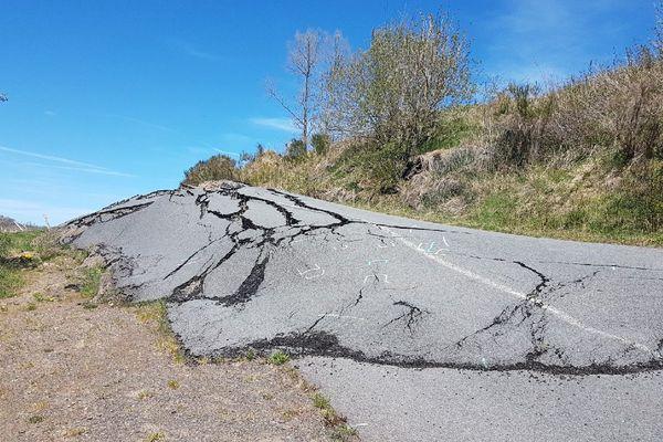 La RD 16 au niveau de Saint-Saturnin dans le Cantal est impraticable, depuis un an, suite à un glissement de terrain.