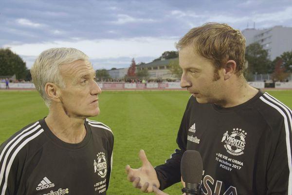 Yoann Lemaire avec le sélectionneur de l'équipe de France Didier Deschamps lors du tournage de son documentaire sur l'homosexualité dans le football.