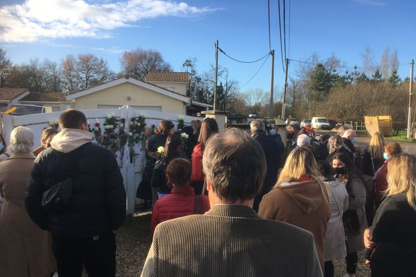 Une centaine de personnes a accompagné la famille pour se souvenir de Sylviane et Jean-Claude Muller, à Izon ce mardi 15 décembre.