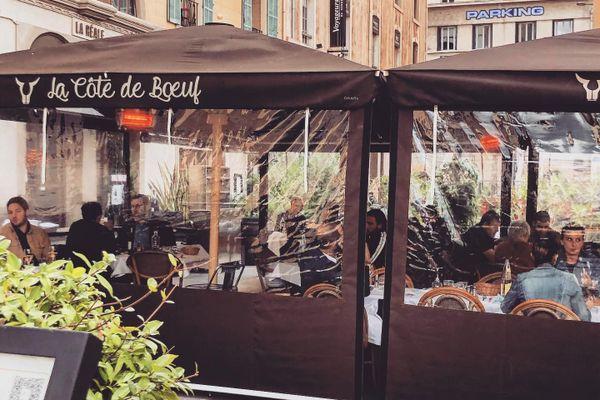 Comme tous les restaurants d'Aix-en-Provence et de Marseille, le patron de la Côte de Boeuf  ne décolère pas contre l'obligation de fermer ses portes dimanche soir à la fin du service.