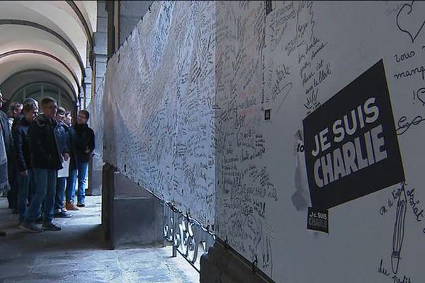 Une fresque a été exposée à la mairie de Clermont-Ferrand pour rendre hommage aux victimes des attentats.
