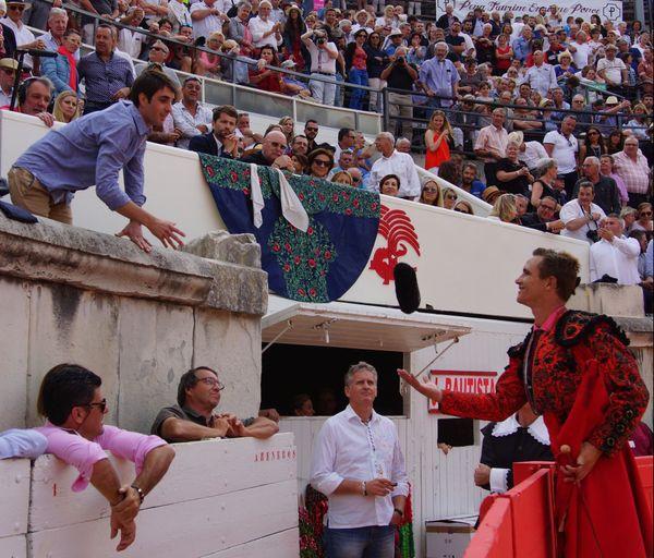 Dimanche après midi. Alexandre, le fils de Nimeño II, rend sa montera à Juan Bautista qui vient de couper les deux oreilles du toro de Jandilla.