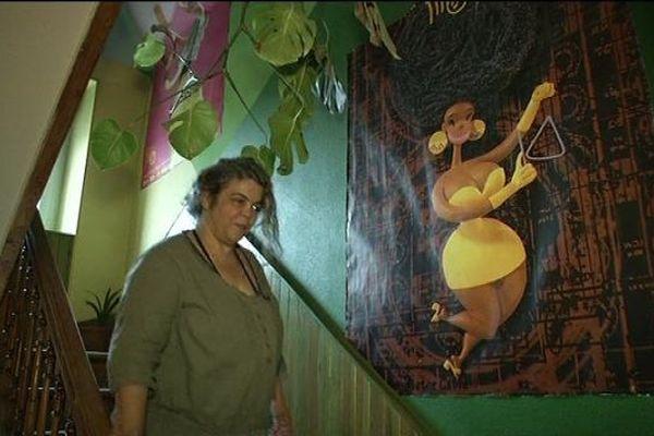 Kim dans son hôtel coloré