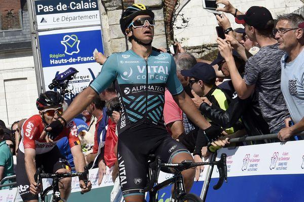 Bryan Coquard, vainqueur à Mont-Saint-Eloi de la 4e étape des 4 Jours de Dunkerque, reprend le maillot rose de leader.
