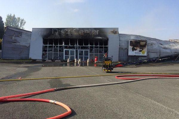 Districenter,  magasin de vêtements et de linge de maison, détruit par un incendie à Graulhet