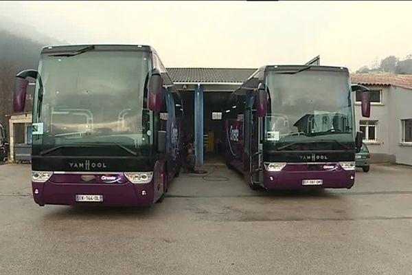 Les deux bus du transporteur Gineste pour transporter les fans de Johnny Halliday