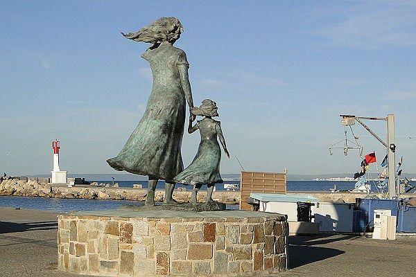 L'Espérance, statue contemporaine d'une femme et sa fille scrutant la mer en attendant le retour de pêche, à l'entrée du Grau-du-Roi.
