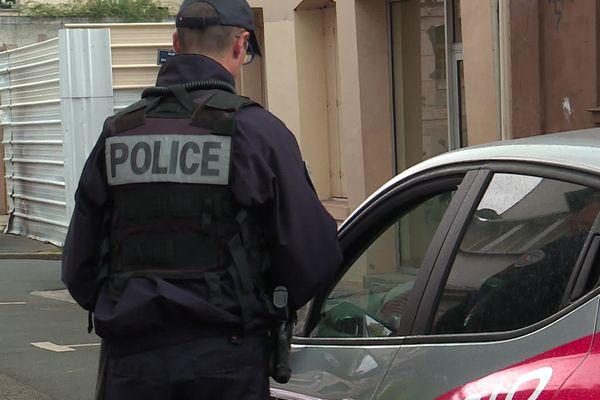 Un policier de Seine-Maritime effectuant un contrôle sur la voie publique