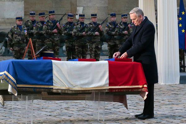 Le premier ministre, Jean-Marc Ayrault, aux Invalides devant le cercueil de Damien Boîteux.