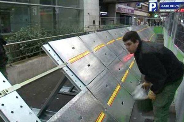 Un dispositif anti-inondation, devant le siège de la RATP, dans le 12ème arrondissement de Paris.
