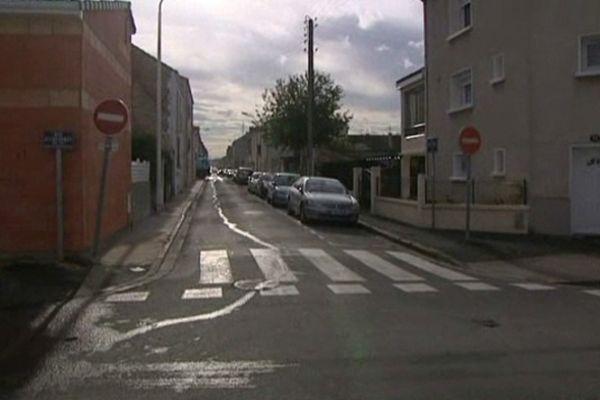La voiture école avait pris cette rue du quartier du Toulon en sens interdit.