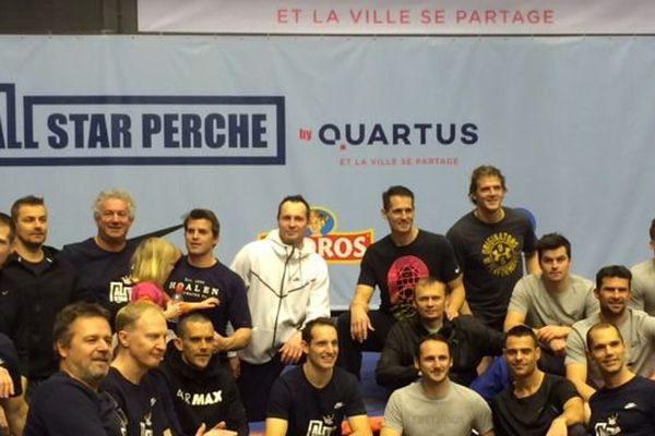 Renaud Lavillenie a réuni ses amis sportifs le 3 février à Clermont-Ferrand pour partager sa passion de la perche. Parmi eux, le joueur emblématique de l'ASM Clermont Auvergne Aurélien Rougerie.
