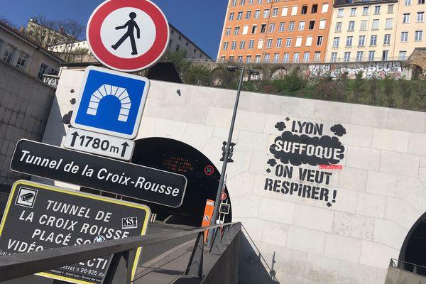 A Lyon, l'ONG Greenpeace somme les élus d'agir pour la qualité de l'air sur un graffiti géant installé au-dessus du tunnel de la Croix-Rousse à 6h du matin ce dimanche 24 mars.