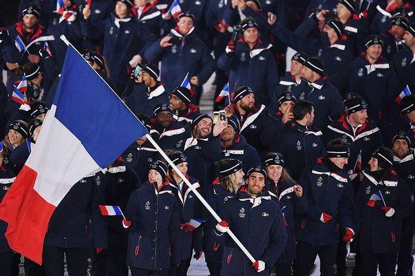 L'équipe de France avec le porte-drapeau Martin Fourcade lors de la cérémonie d'ouverture des Jeux Olympiques de PyeongChang 2018 au stade olympique en Corée du Sud le 9 février 2018.