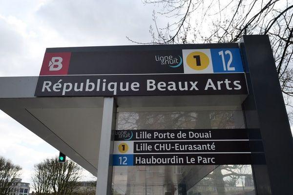 La victime a été retrouvée recroquevillée à l'arrêt de bus République Beaux-Arts, à Lille.