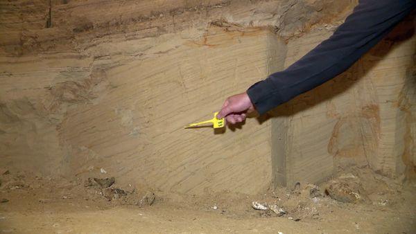 Les lamines de la paroi témoignent de l'évolution géologique de la grotte