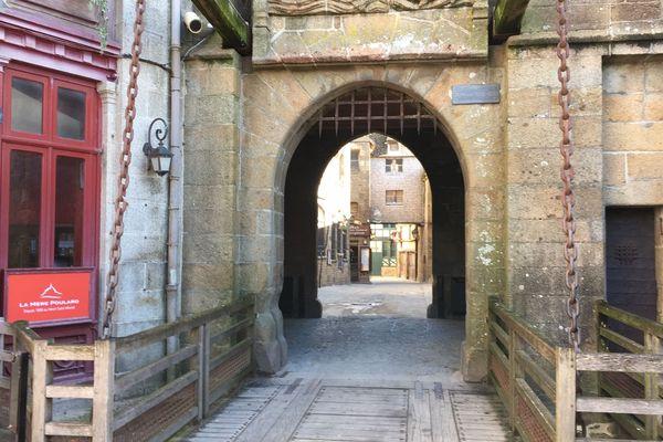La grande rue, artère principale du Mont Saint-Michel qui monte jusqu'à l'abbaye sans aucun touriste.
