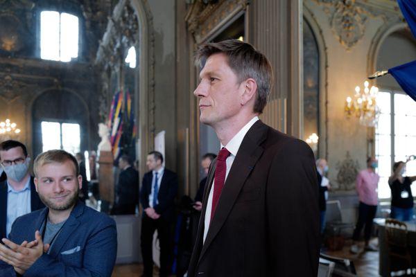 Mathieu Klein applaudi, il vient d'être élu maire