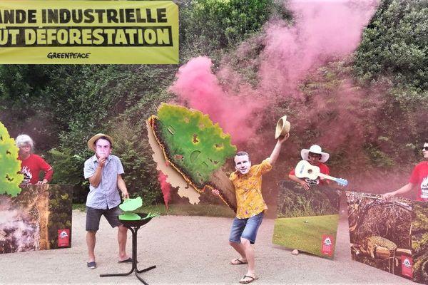 Les militants de Greenpeace Tours au jardin des Prébendes.