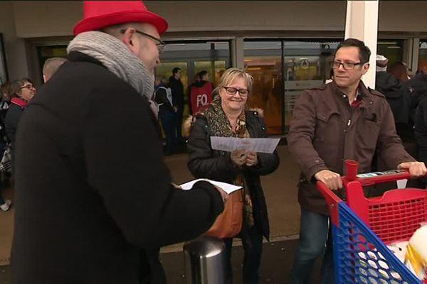 Grève et distribution de tracts aux clients : les salariés de Carrefour protestent contre la baisse de leur revenu et la dégradation des conditions de travail.