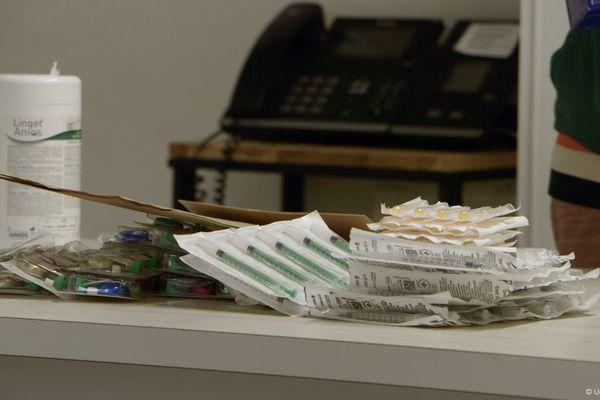 L'association Ithaque et le lieu d'accueil Argos fournissent accueil et matériel pour éviter aux toxicomanes les risques de transmission de maladies