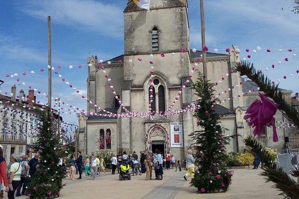 La place de l'église à Aixe-sur-Vienne est décorée pour les ostensions samedi 7 mai 2016