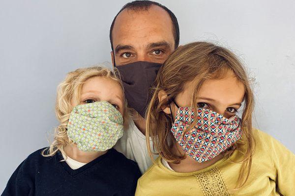 Ne pas hésiter à porter un masque en tissus, il faut juste se dire que ce sera le budget de l'été. Car oui, il va falloir en acheter ou en fabriquer car ils ont une espérance de vie très limitée. Alors que l'épidémie, elle, risque de durer.