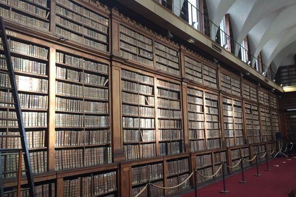 Les murs de livres imposants de la bibliothèque Fesch