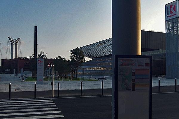 Archives : la station de bus  Teor du Mont Riboudet à Rouen. En face : le Kindarena (palais des sports de Rouen) avec en arrière plan, le centre commercial des docks et le pont Flaubert