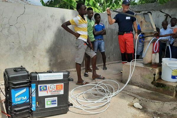 Les humanitaires de l'association AAIP apportent des solutions pour obtenir de l'eau potable à Maniche, en Haïti.
