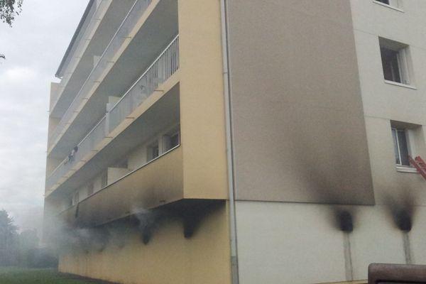 Le sinistre s'est déclaré en début d'après-midi dans les sous-sols de cet immeuble.