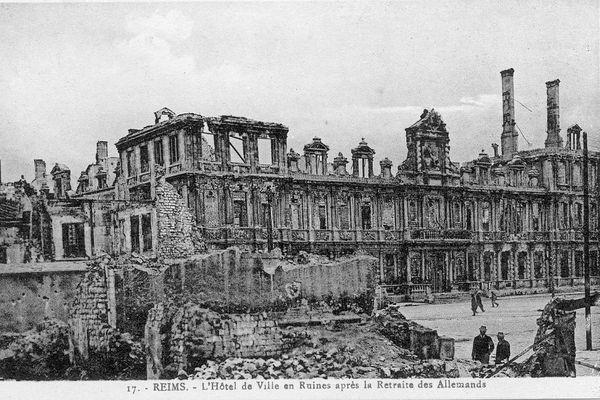 Les ruines de l'Hôtel de Ville, après les bombardements de mai 1917.