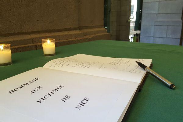Après l'attentat de Nice, les Clermontois peuvent se rendre à la mairie pour inscrire un message dans le recueil de condoléance.