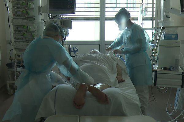 Les soignants et médecins de la Loire se disent rassurés de l'instauration d'un nouveau confinement à partir du jeudi 29 octobre. Le département est l'un des plus touchés par la 2e vague de coronavirus, avec près de 93% des lits de réanimation occupés par des patients Covid, et les chiffres ne cessent de monter pour l'instant.