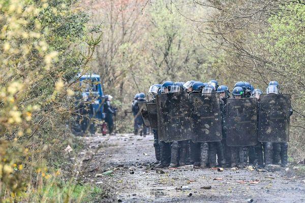 Les forces de l'ordre font face à une réelle opposition parfois violente