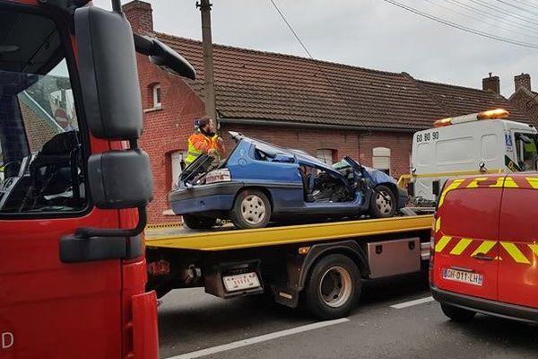 L'accident a gravement blessé le conducteur de la voiture.