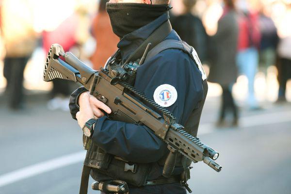 Un policier armé lors du rassemblement en hommage à Samuel Paty. Photo d'illustration