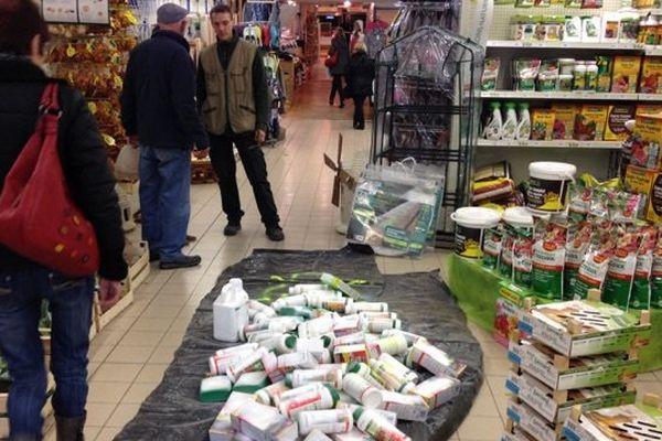 action contre le Round Up dans un magasin de Figeac dans le Lot