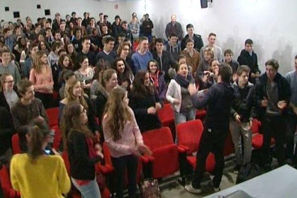 """Patrick Fiori et les lycéens chantent : """"On n'a plus le droit ni d'avoir faim ni d'avoir froid"""""""