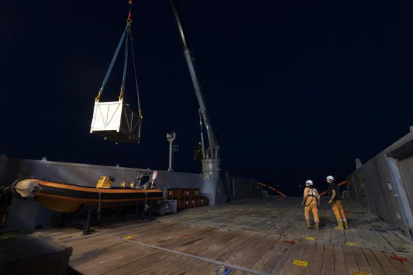 Dans la nuit de vendredi à samedi du matériel antipollution a été chargé sur un bateau qui a appareillé de Toulon.