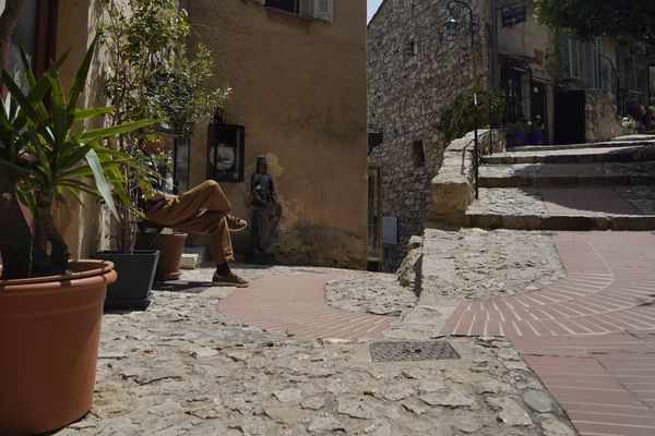 Les ruelles piétonnes d'Eze-village (Alpes Maritimes) sont désertes. D'ordinaire, ce sont entre 1.000 et 1.500 touristes qui visitent quotidiennement la commune.