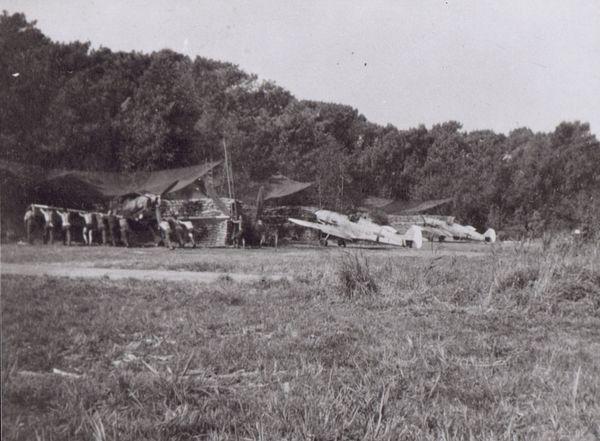 Des Messerschmitt Bf109 stationnés à l'aérodrome du Touquet, pendant la Bataille d'Angleterre, en septembre-octobre 1940.