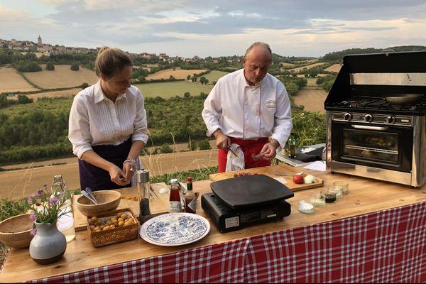 Marc et Marie réalisent une recette de brochettes de magret de canard avec des mirabelles du jardin avec comme cadre la colline éternelle de Vézelay.