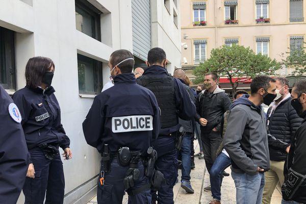 Le 12 octobre 2020 les syndicats de police avaient appelé à des rassemblements devant les commissariats de Lyon pour obtenir plus d'effectifs.