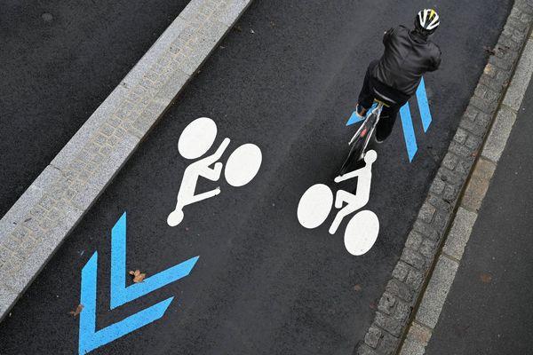 Un couloir dédié aux cyclistes et leurs vélos quai de la Prévalaye à Rennes (Ille-et-Vilaine)