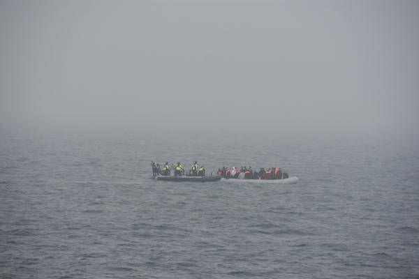 Une embarcation de migrants, plongée dans la brume de la Manche ce vendredi 18 juin dans la matinée.