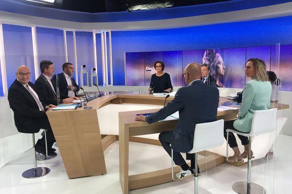 Autour de Géraldine Dreyer et de Renaud Hartzer, de gauche à droite : Christian Zimmermann (RN), Jean-Georges Trouillet (Unser Land), Mathieu Cahn (PS), Fanchon Barbat-Lehmann (EELV) et Frédéric Bierry (LR), président sortant de la CEA.