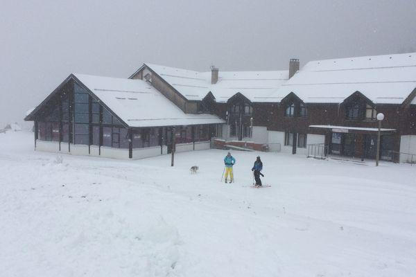 Une épaisse couche de neige recouvre déjà le Mont-Dore, dans le massif du Sancy. La station ouvrira le 9 décembre.